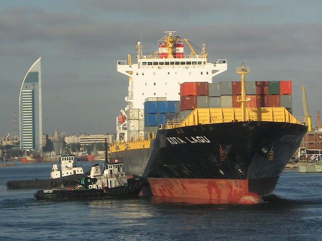 A bulk carrier arrives in Montevideo port