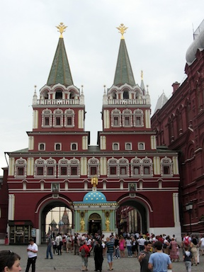 Resurrection Gate at one end of Red Square, with the Iberian Chapel in between
